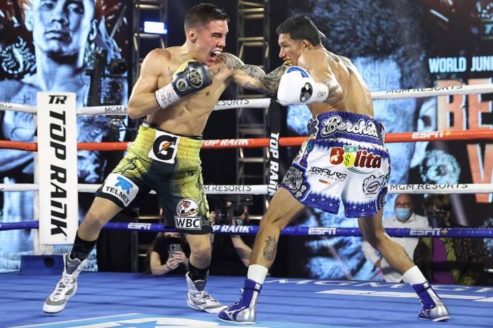 Miguel Berchelt, a la izquierda, y Oscar Valdez intercambian golpes durante su pelea por el tí ...