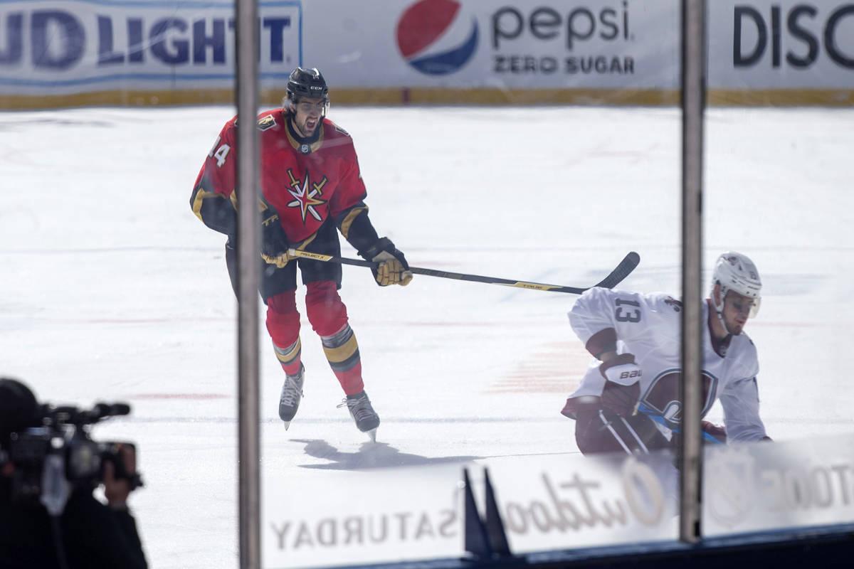 El defensa de los Vegas Golden Knights, Nicolas Hague (14), reacciona mientras el ala derecha d ...