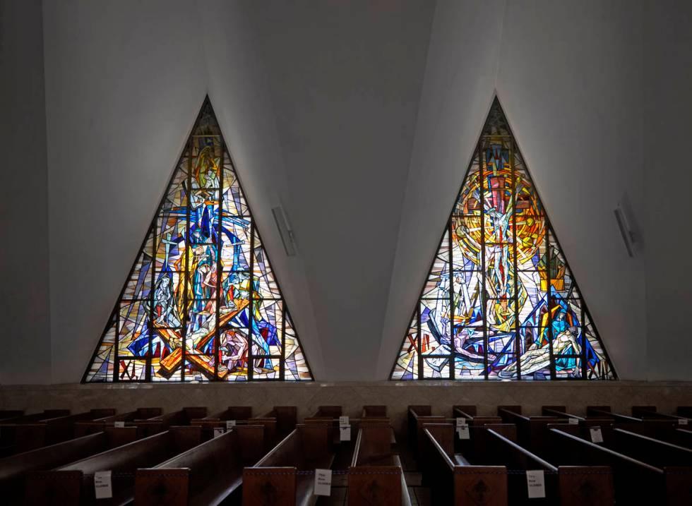 La luz entra por los vitrales de la Guardian Angel Cathedral, diseñada por el famoso arquitect ...