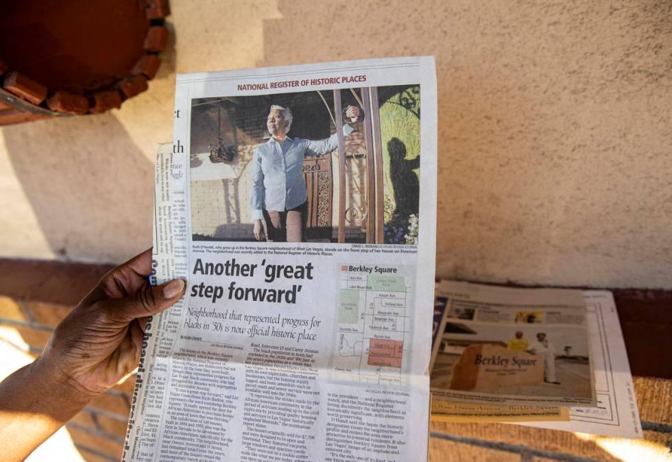 Ruth Eppenger-D'Hondt muestra un reportaje sobre su trabajo y logros en el barrio de Berkley Sq ...