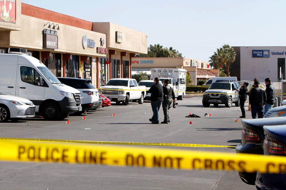 La policía de Las Vegas investiga un homicidio el 20 de febrero de 2021 cerca de la cuadra 600 ...