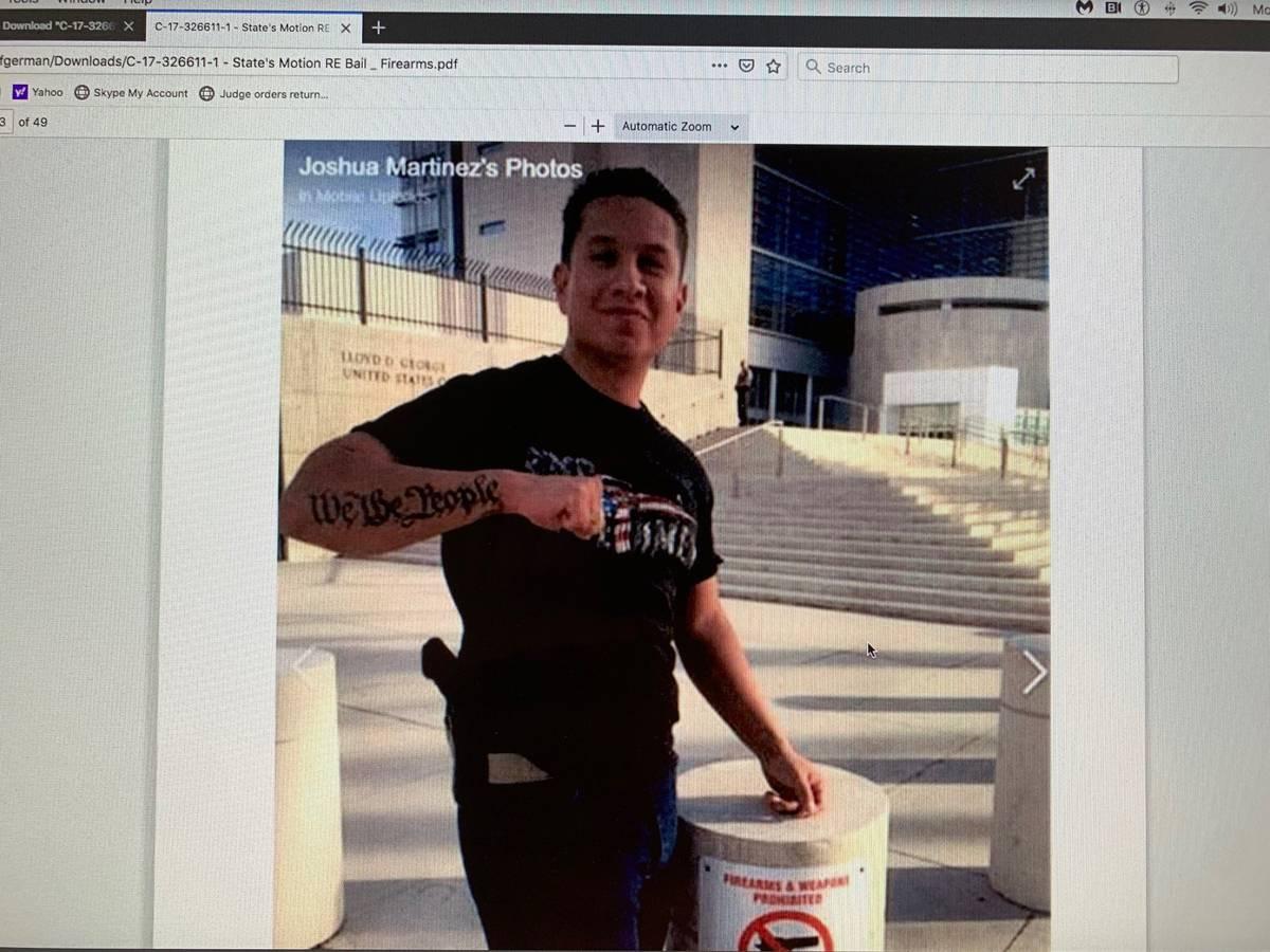 Joshua Martínez en el exterior de Lloyd D. George U.S. Courthouse. La foto aparece como una pr ...