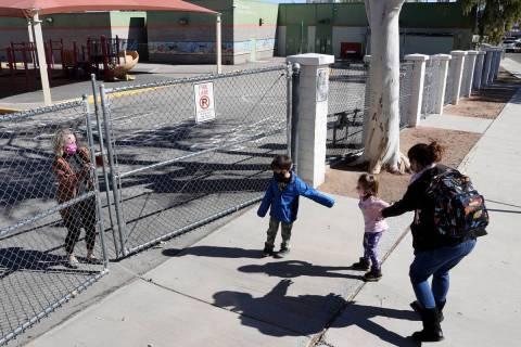 """El niño de preescolar, Nicholas Osadchuk, de 6 años, hace una """"carrera de práctica"""" en prepa ..."""