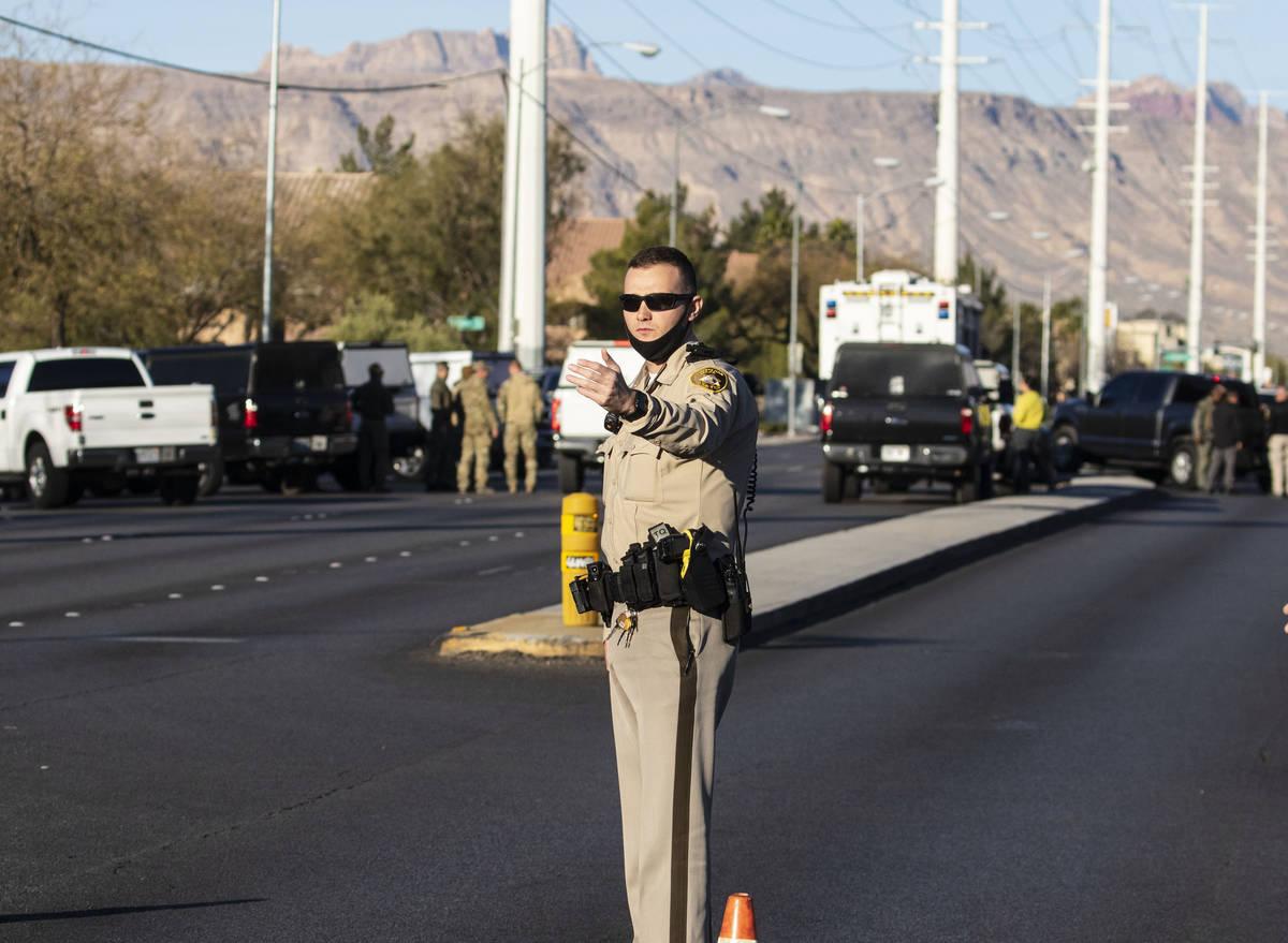 El Departamento de Policía Metropolitana investiga una situación de barricada en un complejo ...