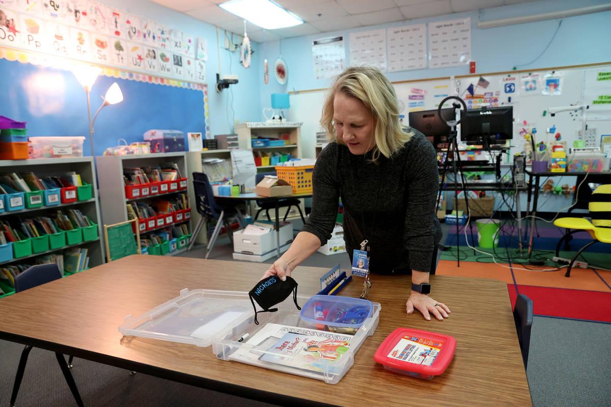 La maestra de kindergarten Suzy Huffer prepara su aula en la escuela primaria McDoniel en Hende ...