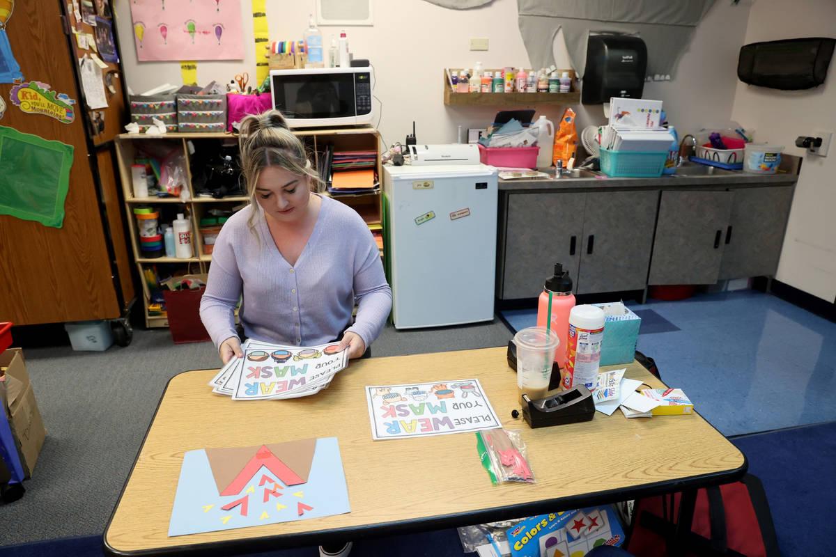 Whitney Huffer, asistente de enseñanza de programas especializados, prepara el aula de necesid ...