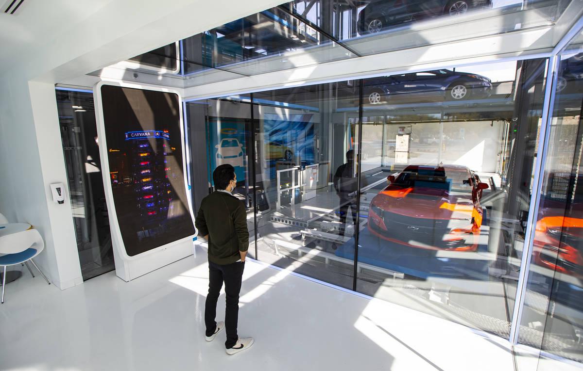 Bryce Bergevin, especialista en máquinas expendedoras de Carvana, ofrece un recorrido por el p ...