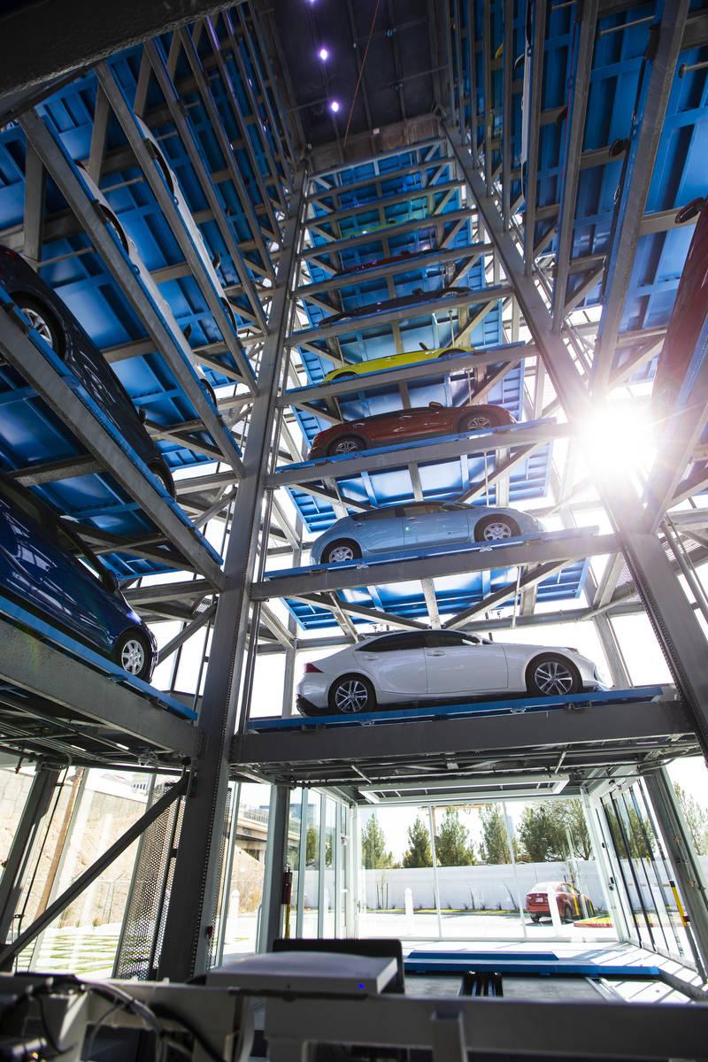 Vista del interior de Carvana, una máquina expendedora de coches totalmente automatizada que f ...