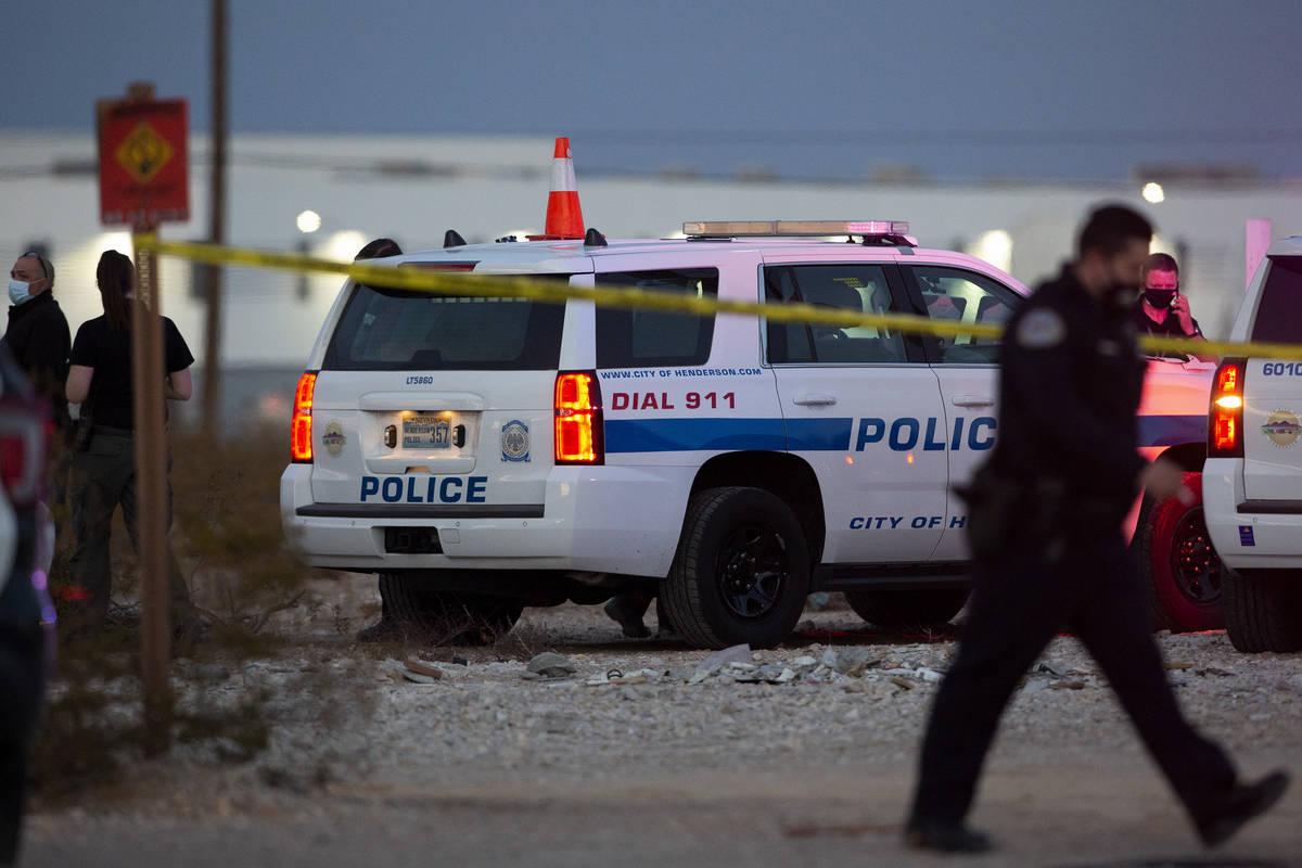 La policía de Henderson investiga la escena de un intento de robo de coche mortal el martes, 2 ...