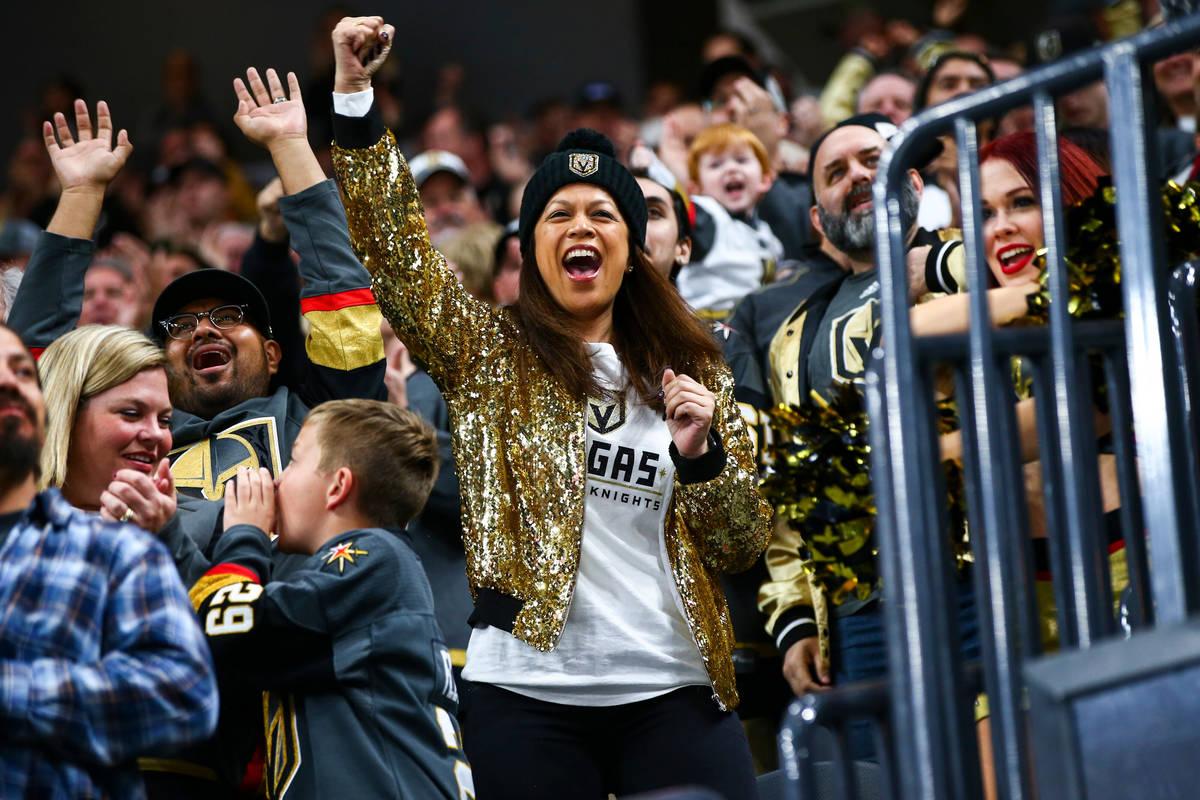 Los fans de los Golden Knights celebran un gol de Tomas Nosek durante el primer periodo de un p ...