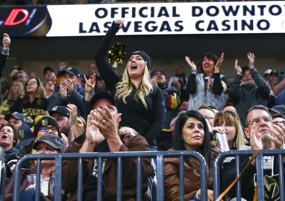 Los fans de los Golden Knights animan después de una atajada del portero de los Golden Knights ...