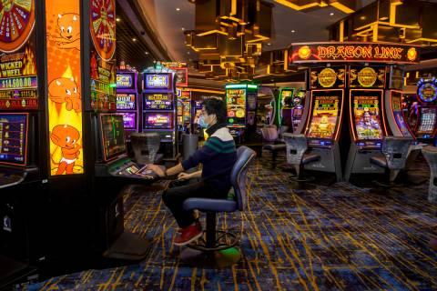 Zaw Naw, de Denver, juega en la máquina tragamonedas Hot Stuff Wicked Wheel en el piso del cas ...