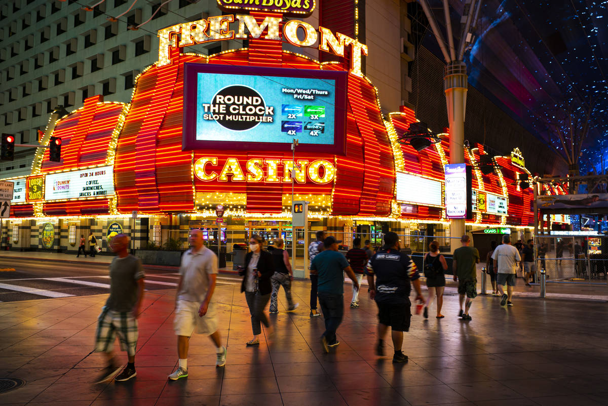 La gente cruza el bulevar Casino Center fuera del Fremont en una foto de archivo del 3 de junio ...