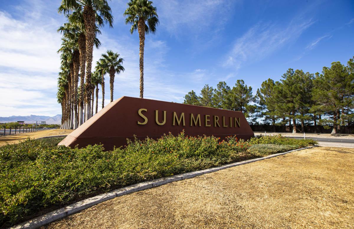 Una señal de Summerlin en Summerlin Parkway, cerca de Rampart Boulevard en Las Vegas el jueves ...
