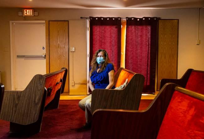 Sheila Winn, directora de Clark County Funeral Services, posa para un retrato en la capilla el ...
