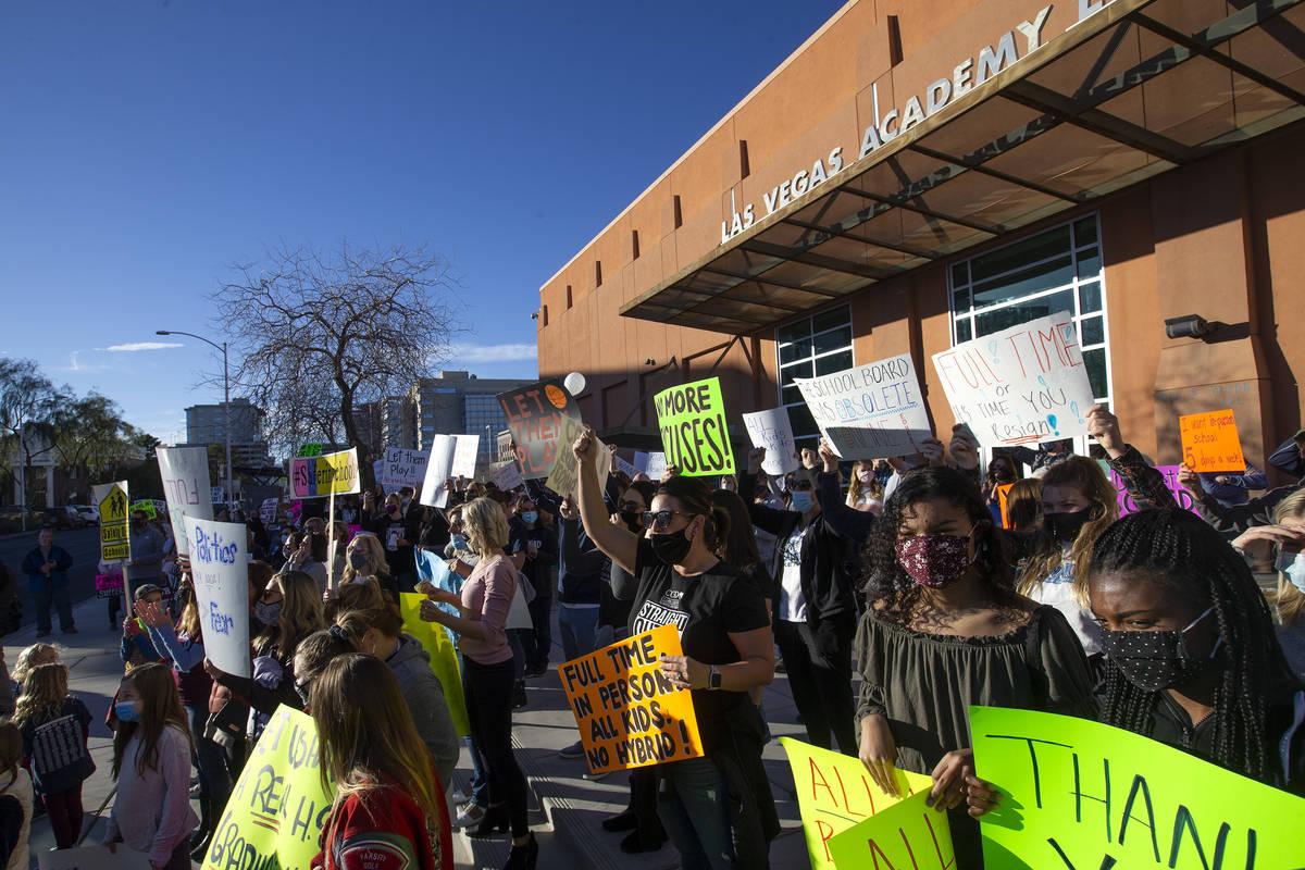 Un grupo de padres, estudiantes y personas que quieren que los estudiantes vuelvan a la escuela ...