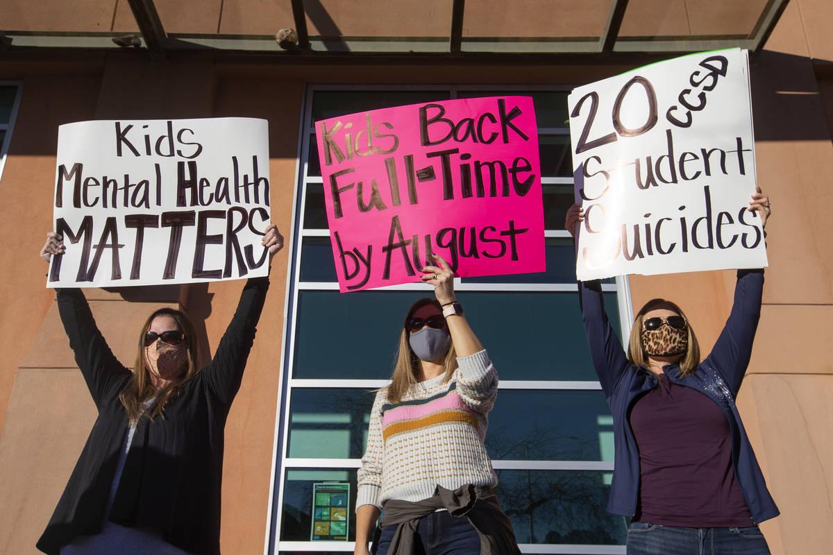 Melinda Anderson, izquierda, Julie Shipp y Brooke Watson protestan por sus hijos fuera de Las V ...