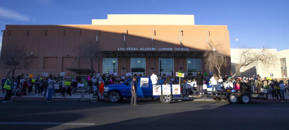 Un grupo de 100 personas protestan fuera de Las Vegas Academy of the Arts antes de la primera r ...