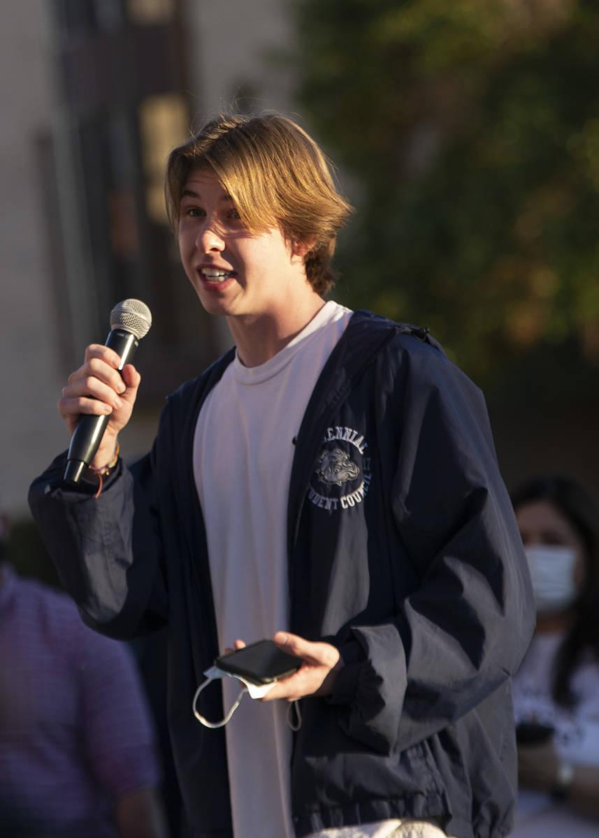 Caden McKnight, presidente del cuerpo estudiantil en Centennial High School, habla a un grupo d ...