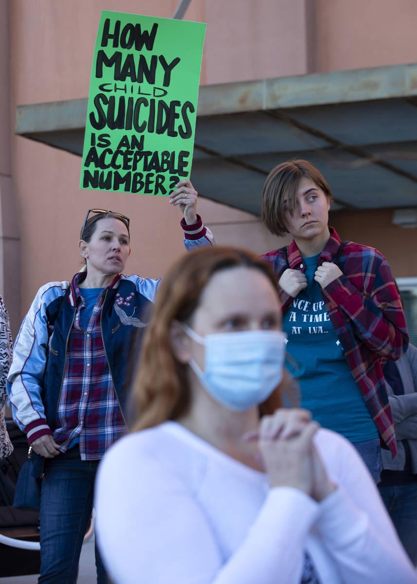 Ashley Coder, una madre del CCSD, a la izquierda, y Emma Czarnecki, una estudiante de segundo a ...