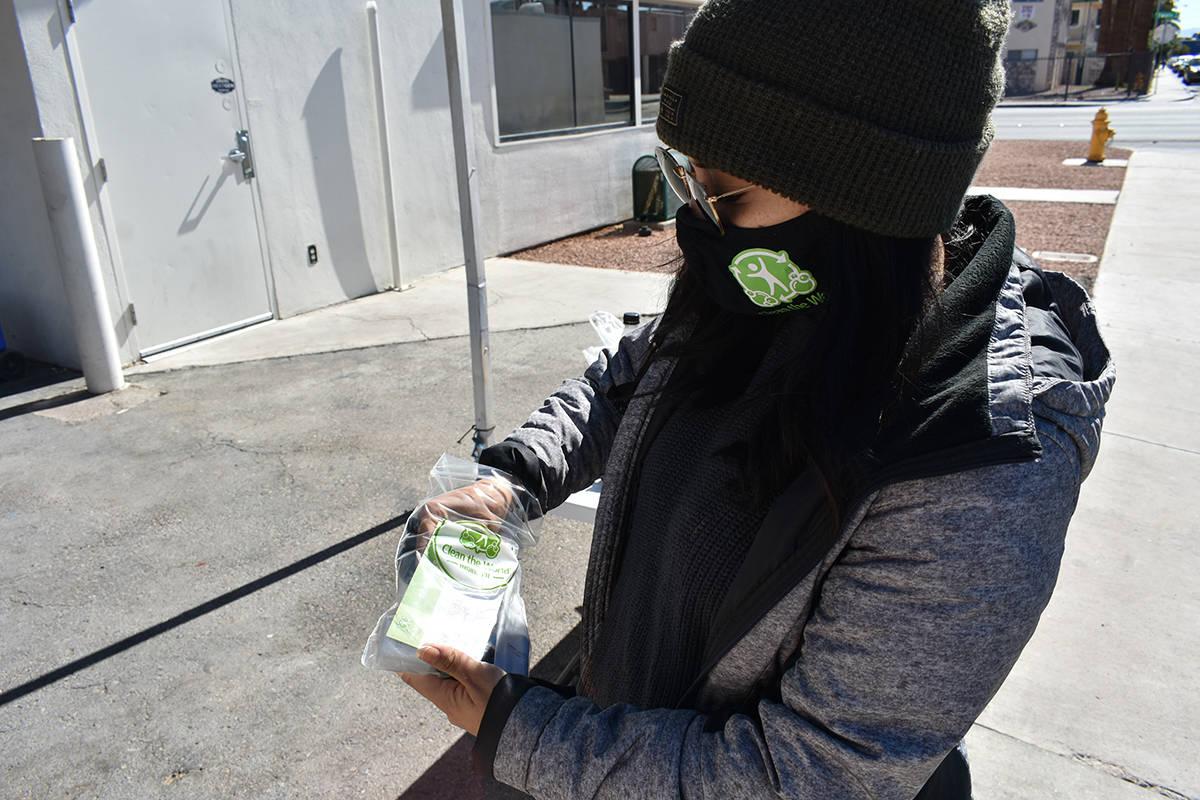 La integrante de Clean the World, Melisa Celis, muestra un paquete con productos para la higien ...