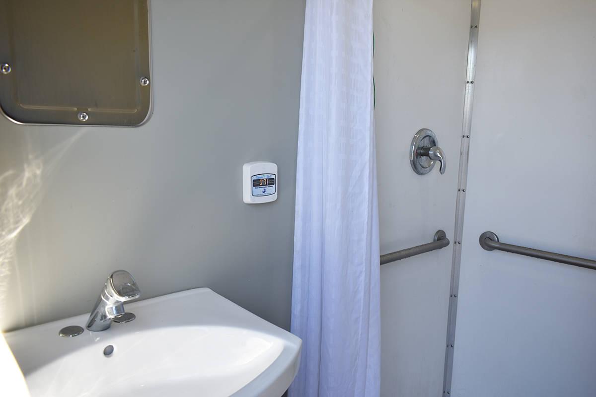Las unidades móviles de Clean the World cuentan con servicio de ducha, baño y productos para ...