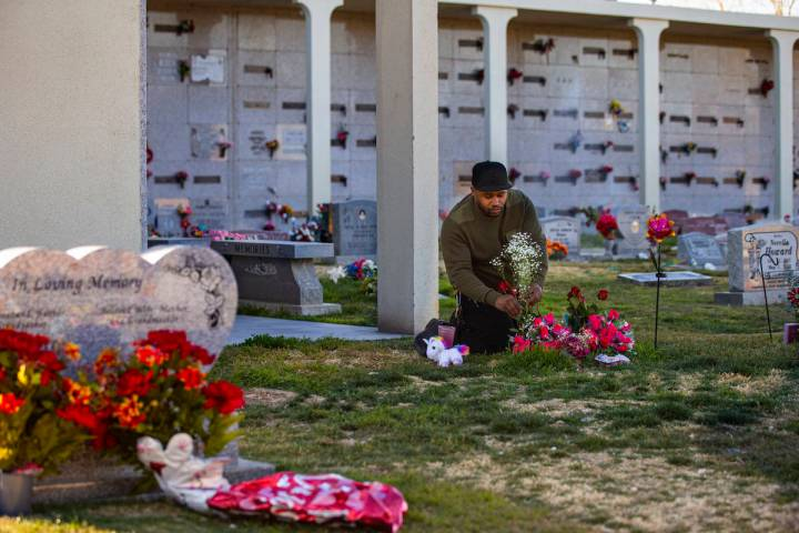 Brian Bradford visita la tumba de su hija, Briana Bradford, en el parque conmemorativo Bunkers ...