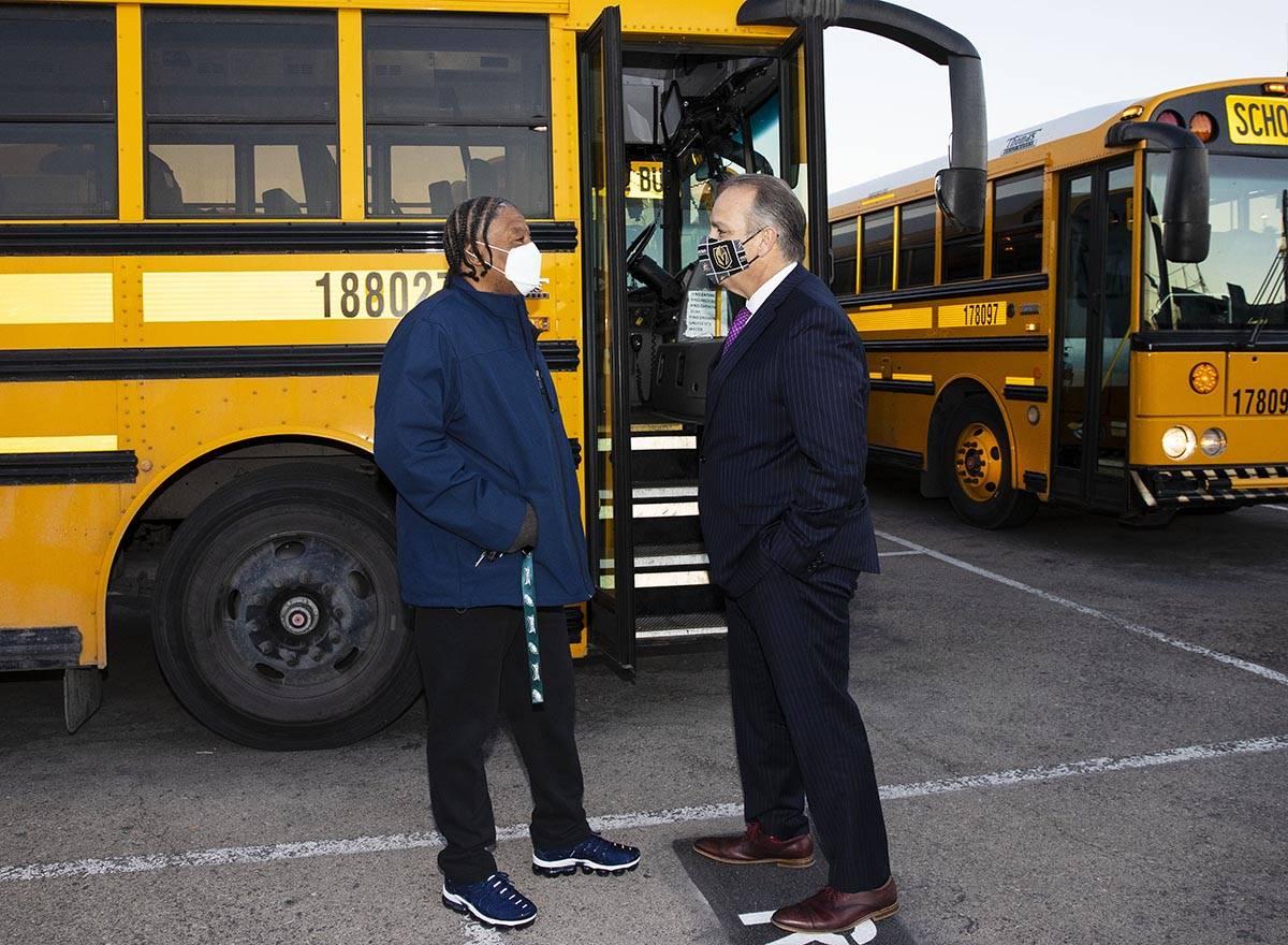 El superintendente del Distrito Escolar del Condado Clark, Jesús Jara, a la derecha, conversa ...