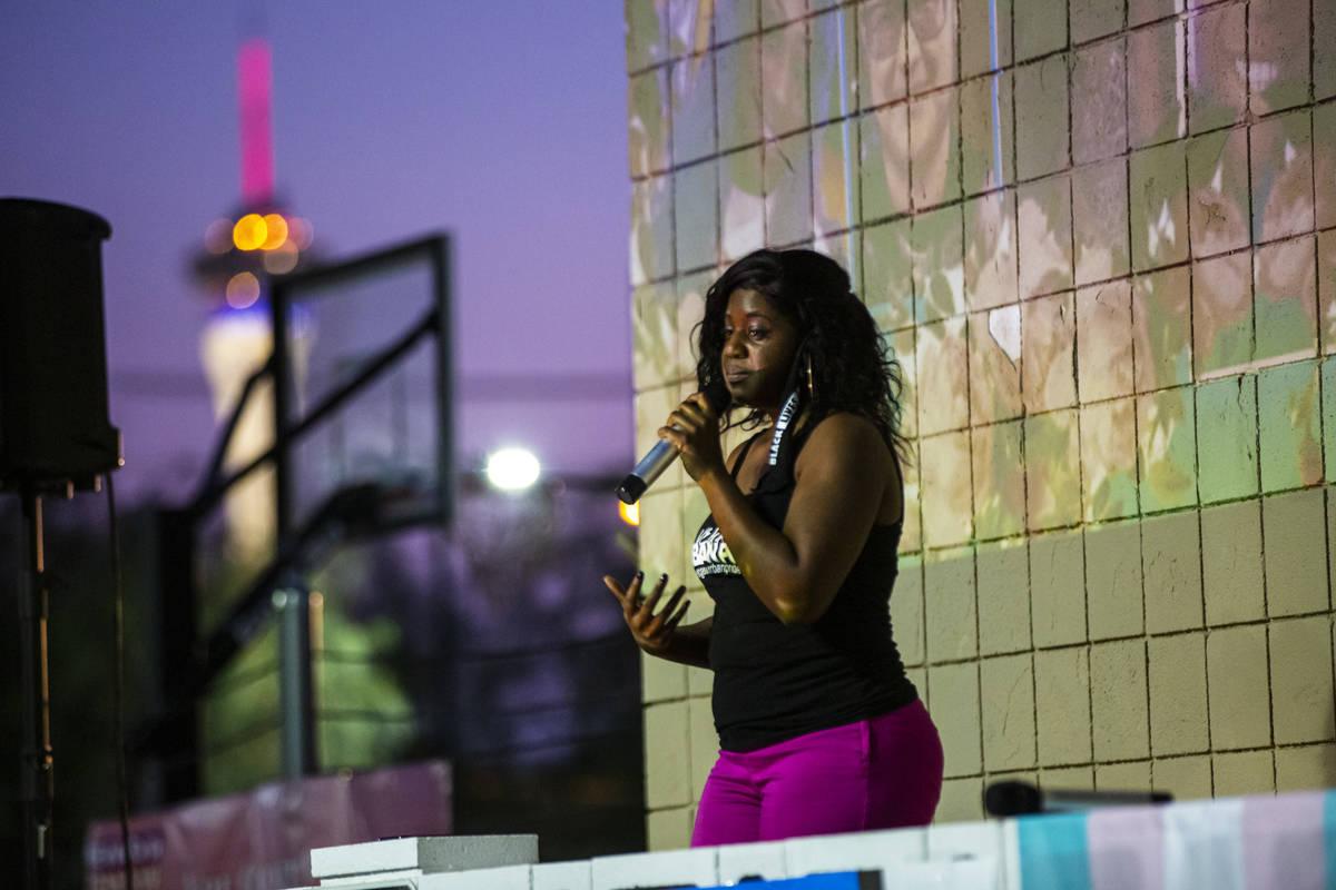 Nicole Williams, de Vegas Urban Pride, habla durante una vigilia con velas, en recuerdo de los ...