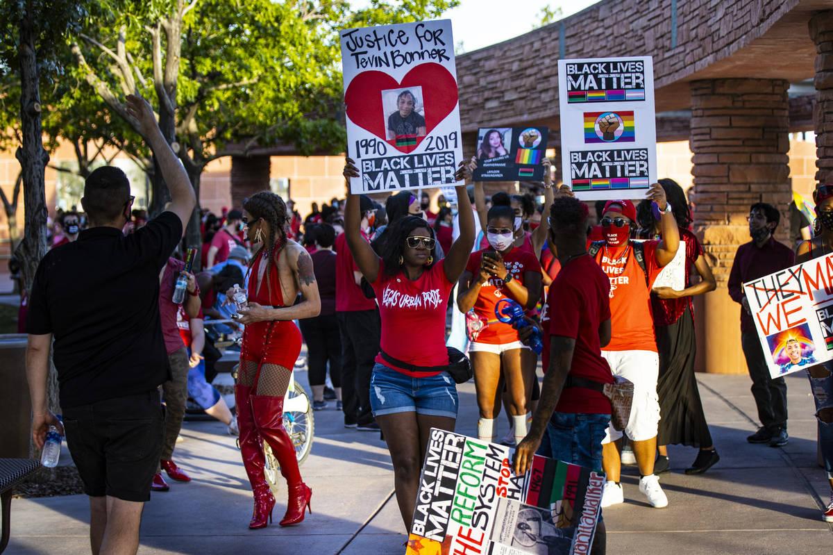 La organizadora del evento, Nicole Williams, en el centro, ayuda a liderar una marcha silencios ...