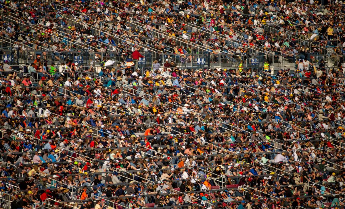 Miles de fans abarrotaron las gradas durante la Pennzoil 400 presentada por Jiffy Lube, de la N ...