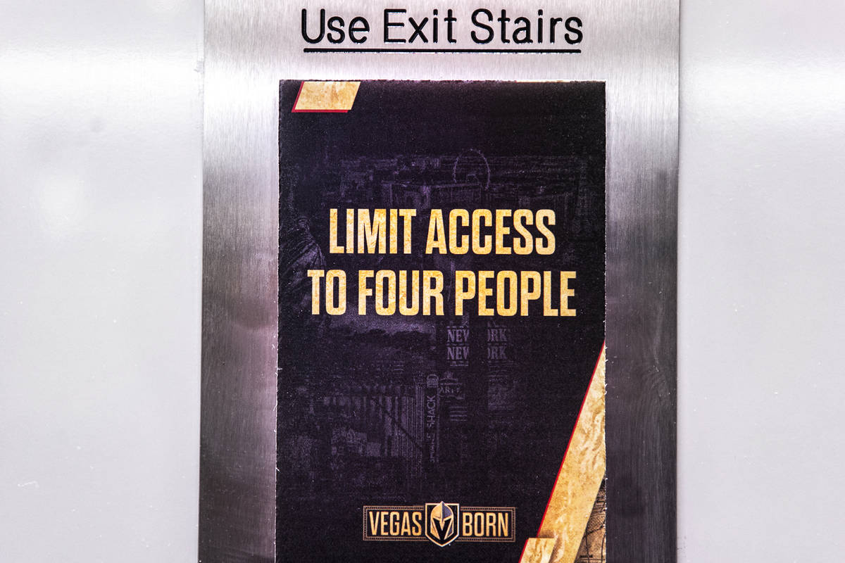 Carteles que restringen la capacidad de los ascensores debido al COVID-19 en T-Mobile Arena el ...