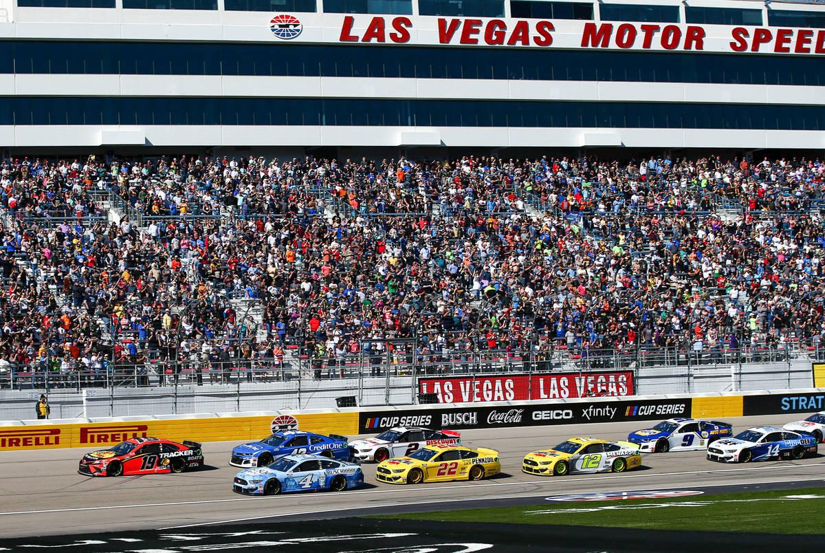 Coches dan la vuelta a la pista durante una carrera automovilística de la Copa NASCAR en Las V ...