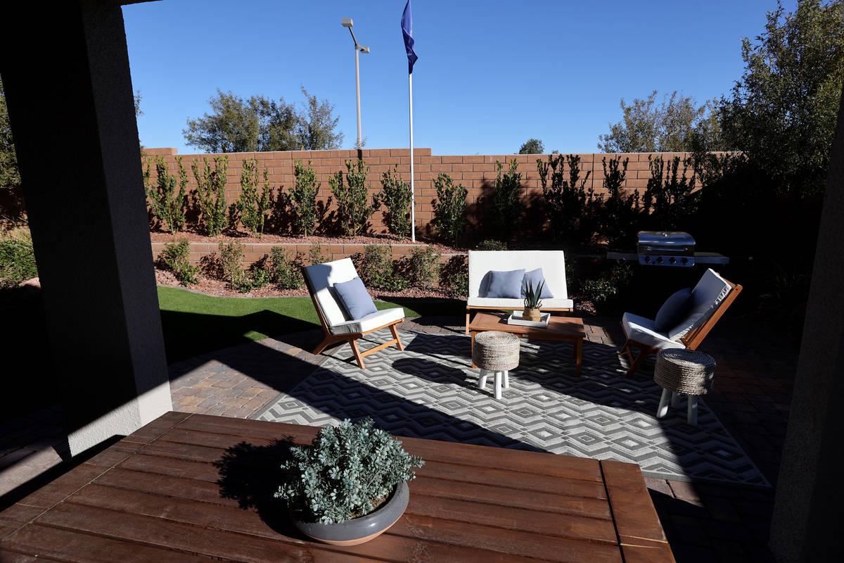Patio trasero de la casa modelo en la comunidad KB Home de Stonegate en Las Vegas el jueves, 25 ...