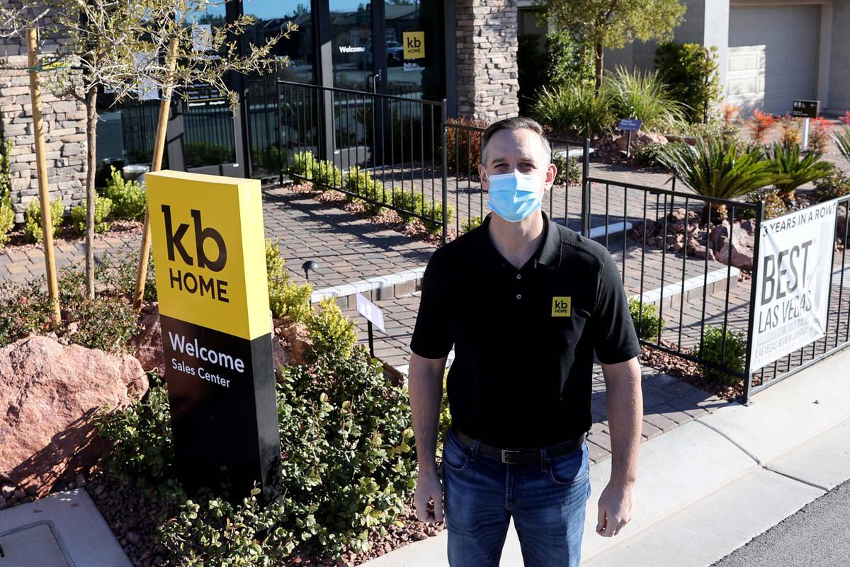 El presidente de la división de KB Home y director general regional, Brian Kunec, en el centro ...