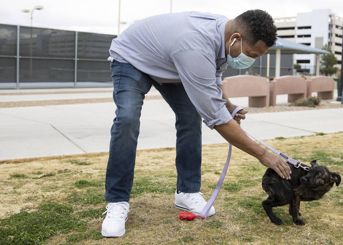 Ronald Pipkins, que fue el primer caso presuntamente positivo de COVID-19 en Nevada, pasea a su ...