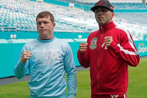 """Los boxeadores Saúl """"Canelo"""" Álvarez, izquierda, y Avni Yildirim posan para fotos en el Hard ..."""