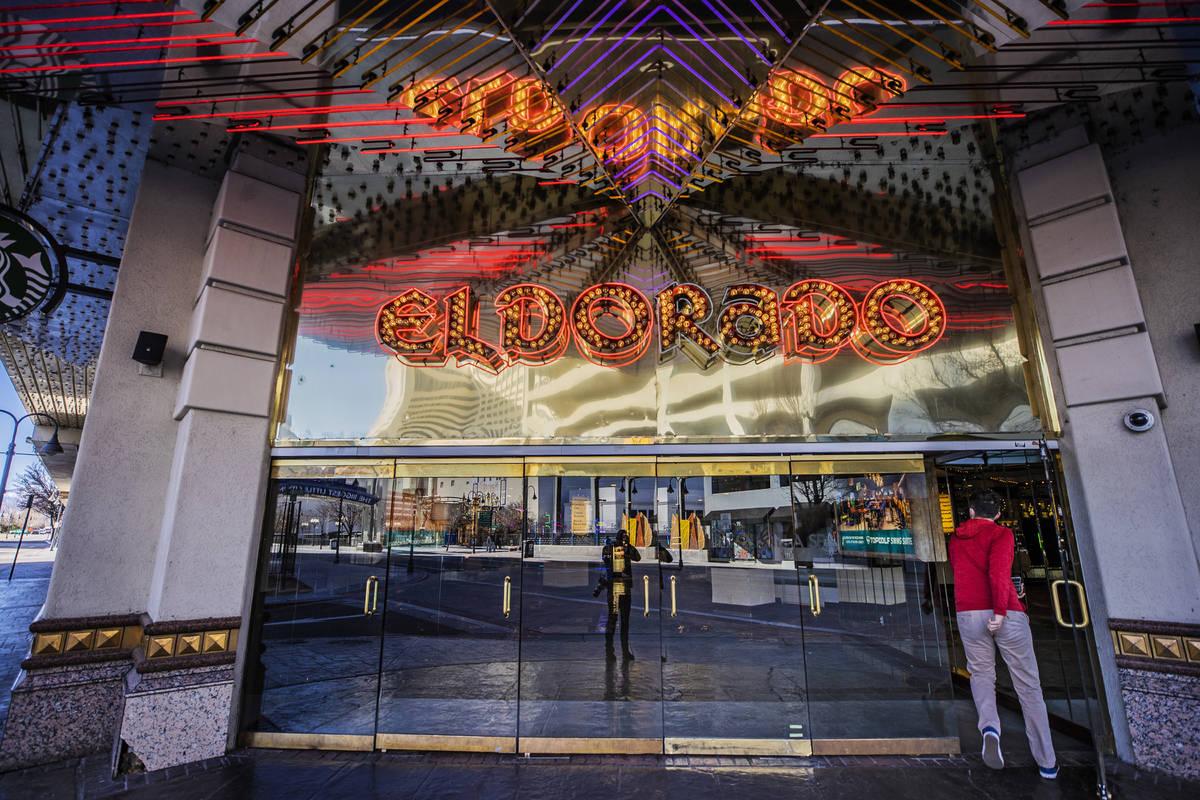Un cliente entra en el Eldorado Resort Casino el martes, 19 de enero de 2021, en Reno. (Benjami ...