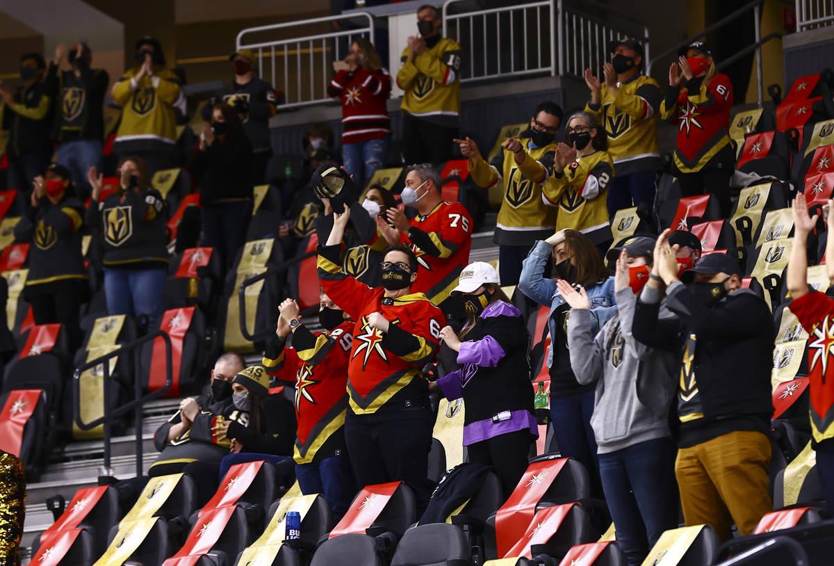 Fans celebran un gol del alero izquierdo de los Golden Knights, Max Pacioretty, durante el segu ...