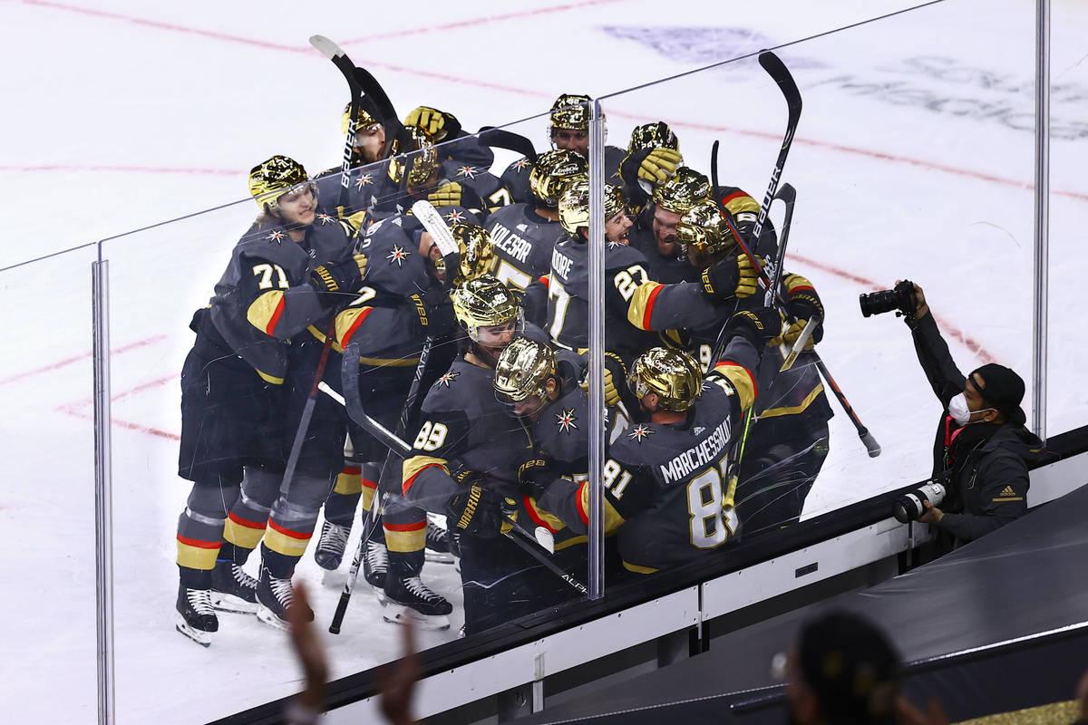 Los Golden Knights celebran su victoria contra los Minnesota Wild en un partido de hockey de la ...