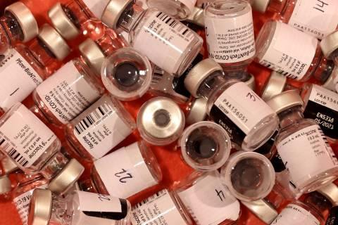 Viales de la vacuna de Pfizer en el centro de vacunación contra COVID-19 del Cashman Center en ...