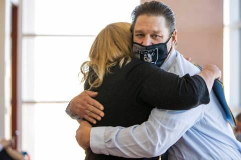 Fred Steese, derecha, abraza a la abogada Lisa Rasmussen tras su audiencia de conciliación en ...