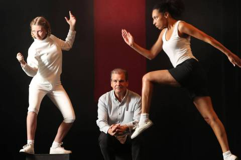 Darren Lee Cole, al centro, director artístico de SoHo Playhouse de Nueva York, tiene previsto ...