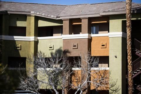 La policía de Las Vegas investiga un aparente asesinato-suicidio dentro de un apartamento en F ...