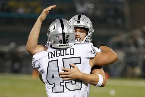 El running back de los Oakland Raiders, Alec Ingold (45), celebra con el mariscal de campo Dere ...