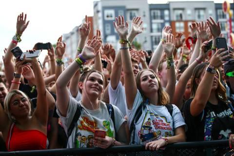 Espectadores disfrutan mientras Oliver Tree, que no aparece en la foto, canta en el escenario B ...