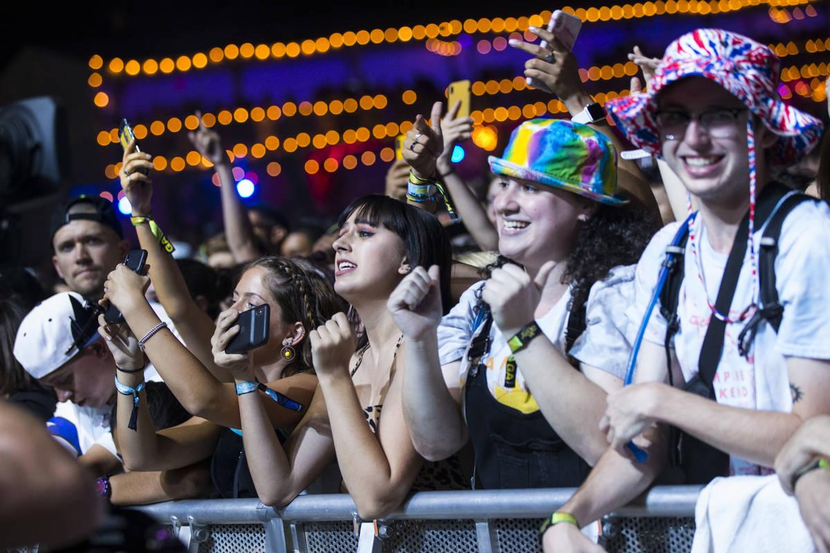 Fans disfrutan mientras Vampire Weekend toca en el escenario del centro durante el tercer día ...