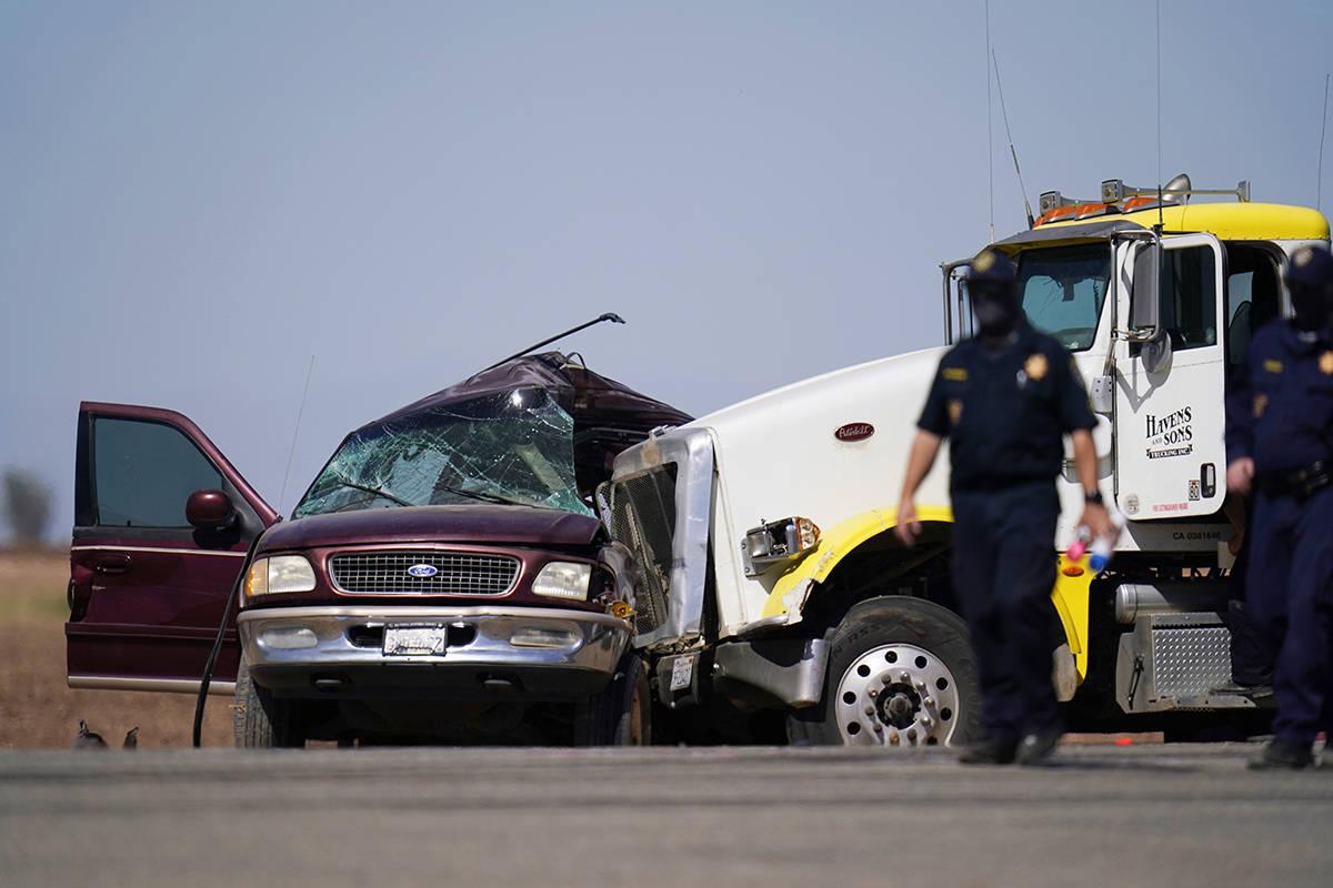 Agentes de la ley trabajan en la escena de un accidente mortal en Holtville, California, el mar ...