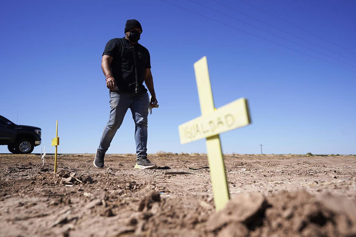 Hugo Castro deja cruces en la escena de un accidente mortal en Holtville, California, el martes ...