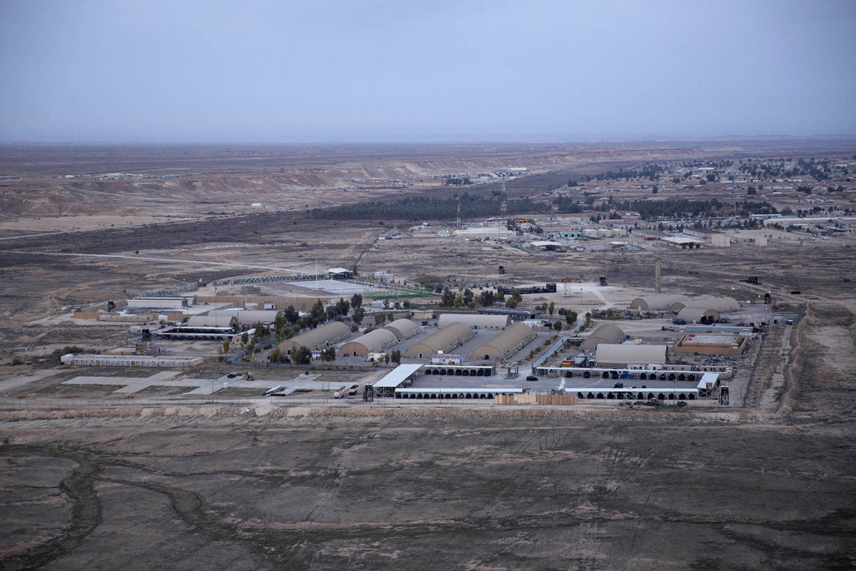 Esta foto aérea tomada desde un helicóptero muestra la base aérea de Ain al-Asad en el desie ...
